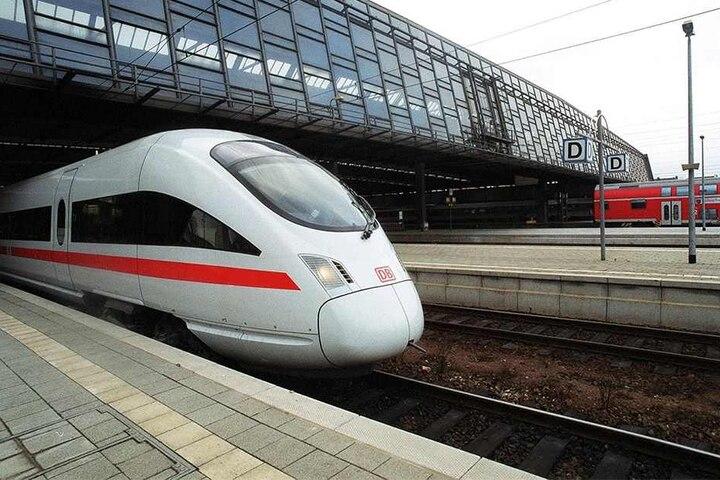 Das sah man in den vergangenen zwölf Jahren nicht mehr: Ein ICE rollt aus dem Chemnitzer Hauptbahnhof.