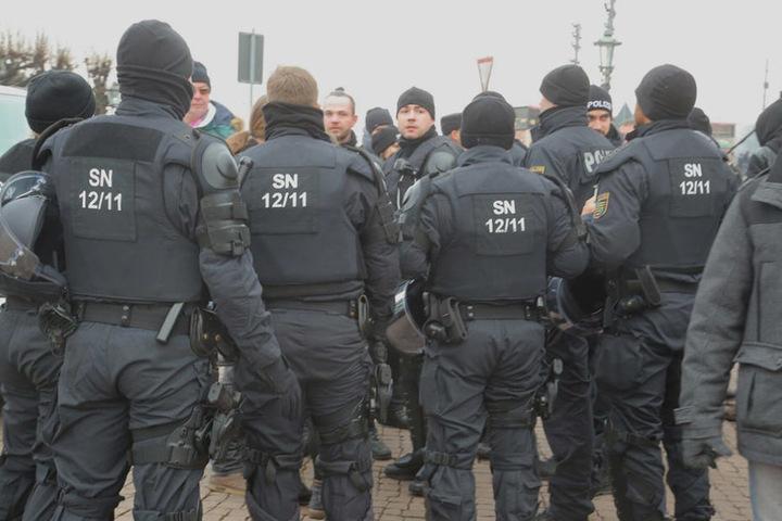 Die Polizei nahm von verschiedenen Personen die Personalien auf.