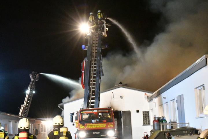 Die Feuerwehr brachte das Feuer unter Kontrolle.