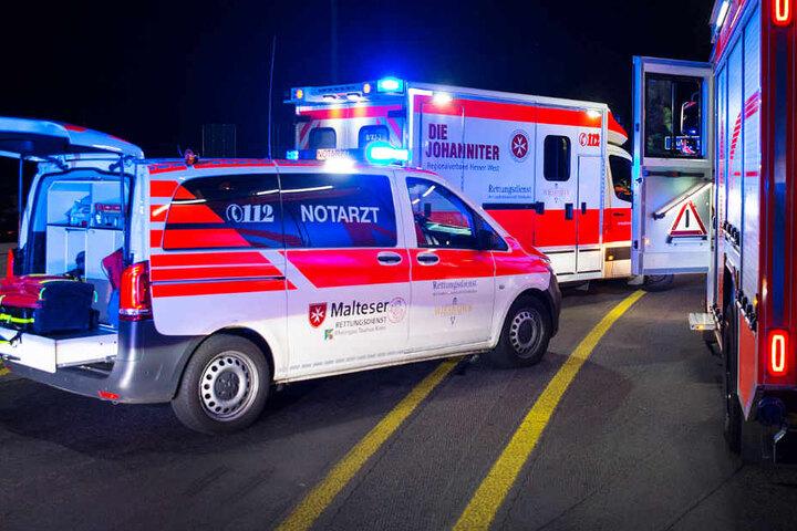 Die junge Autofahrerin wurde lebensgefährlich verletzt. Rettungskräfte mussten sie wiederbeleben.
