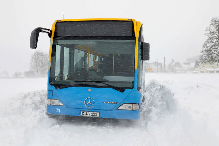 Der Bus ist kurz nach dem Ortsausgang Eibenberg liegen geblieben.