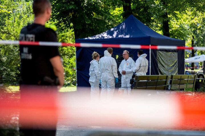 Beamte der Spurensicherung sichern in einem Faltpavillon Spuren am Tatort. (Archivbild)