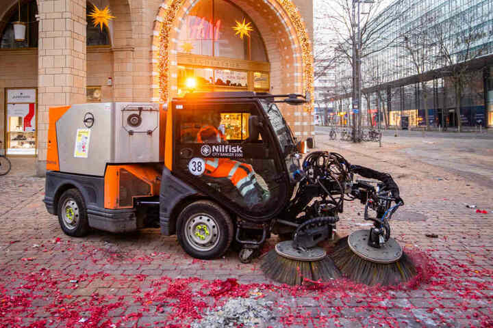 Kehrmaschinen beseitigten die letzten Reste der Silvesternacht.