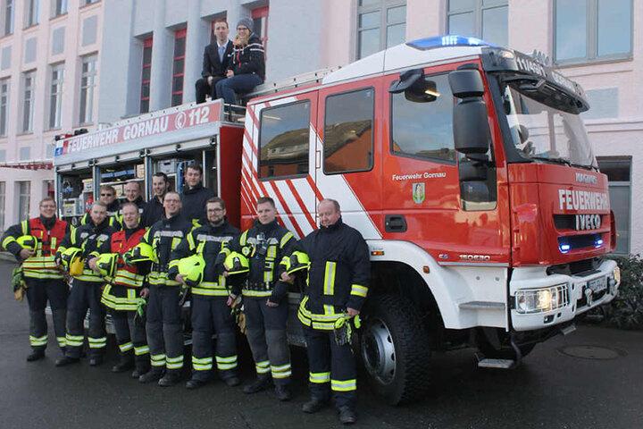 Einsatz erfolgreich abgeschlossen: Der Feuerwehrtrupp und dieglücklichen  Verliebten auf dem Dach.