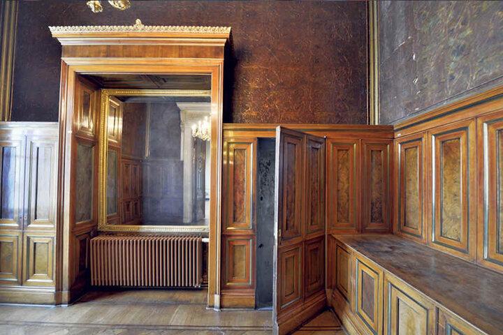 Eine frühere Aufnahme des Lederzimmers zeigt die (geöffnete) hölzerne Wandverkleidung, die den Geheimgang verbergen sollte.