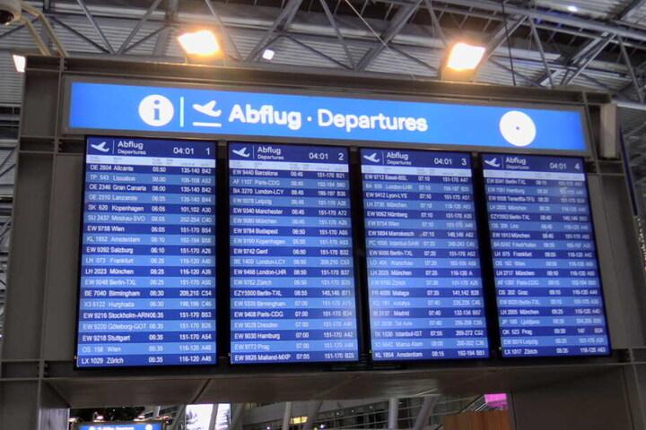 Die Abflug-Tafel am Flughafen Düsseldorf am Dienstagmorgen. Germania wird nicht mehr abheben.