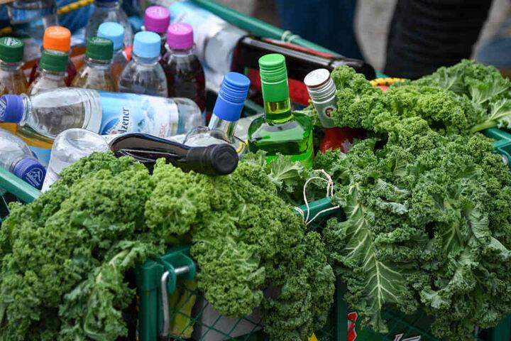 Ein mit Getränken gefüllter Bollerwagen steht zur Kolhtour bereit.