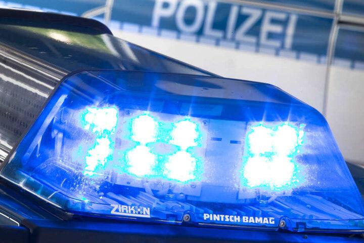 Ein Blaulicht der Polizei leuchtet im Einsatz.