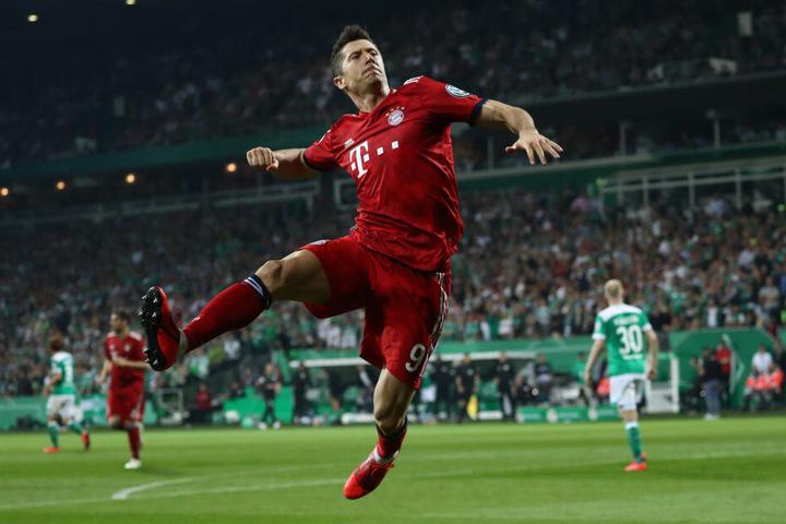 Münchens Robert Lewandowski jubelt nach dem Elfmetertor zum 3:2.