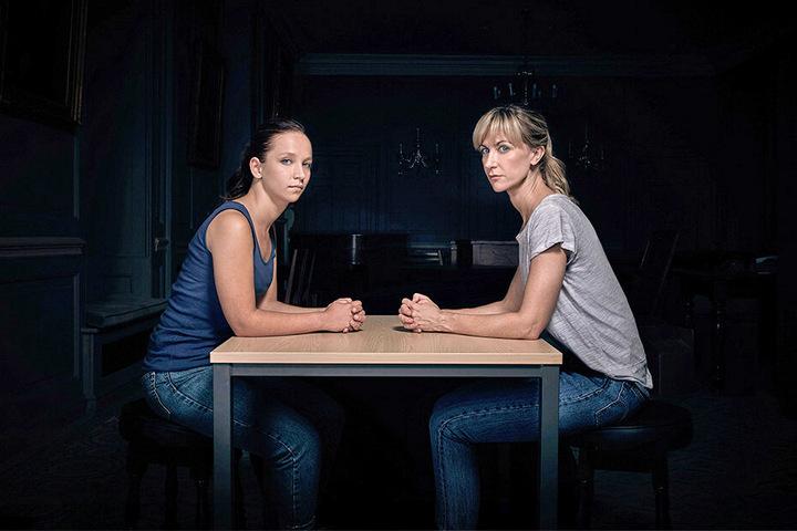 """Dr. Leah Dale (Katherine Kelly) und Rose (Molly Windsor, li.) geraten in """"Cheat"""" in einen unheilvollen Sog der Ereignisse."""