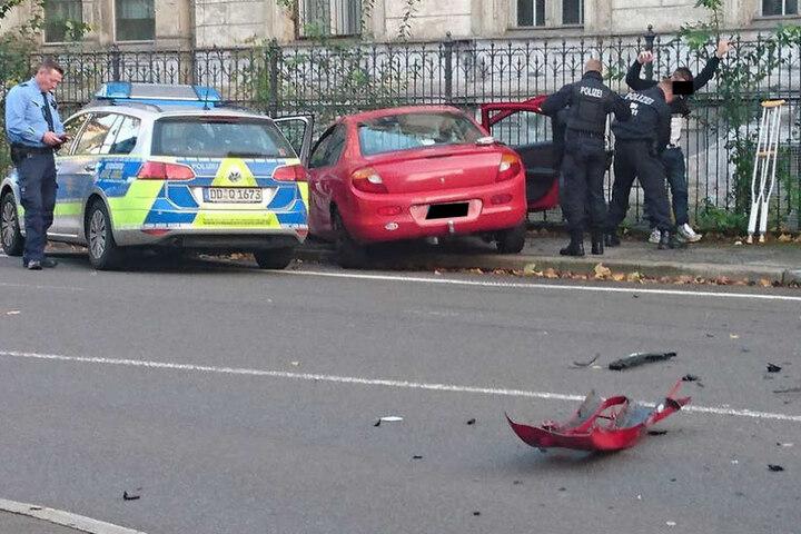 Erst ein Zaun konnte den Wagen des Kriminellen stoppen.