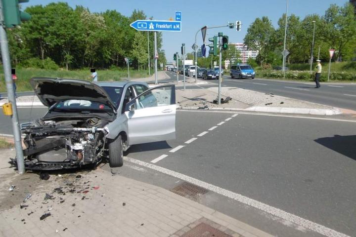 Auch das zweite Unfallauto knallte gegen einen Ampelmast.
