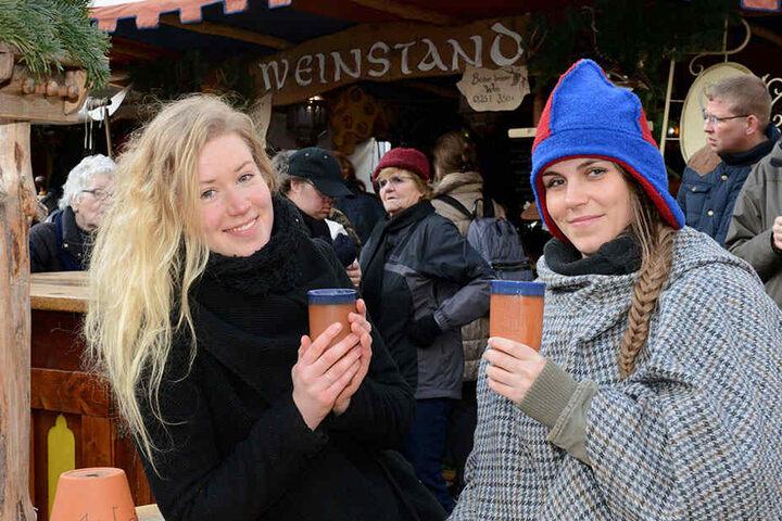 """TAG24-Testerin Vivien Nogaj (23) probiert """"Rum-Aprikose-Honig""""-Wein im  Dresdner Stallhof. Verkäuferin Kristin Werzner (26) empfiehlt die neue Sorte."""