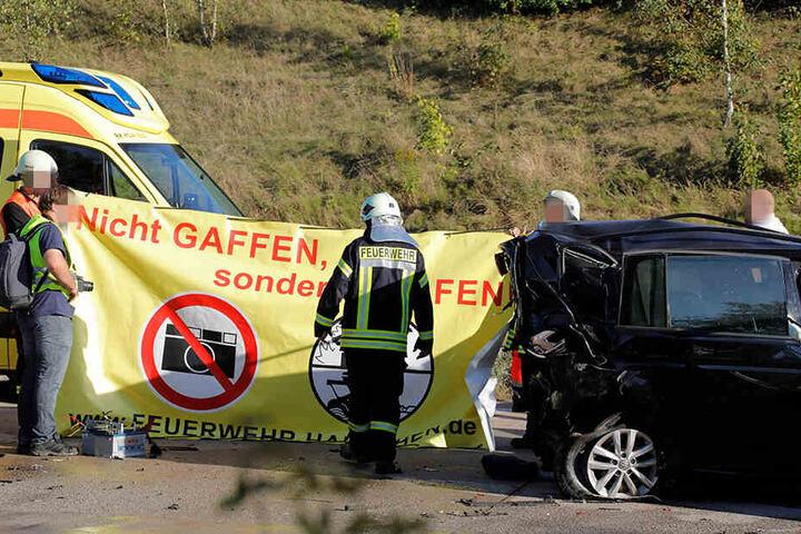 Auch bei einem Unfall auf der A4 bei Frankenberg musste die Feuerwehr einen Sichtschutz aufbauen.
