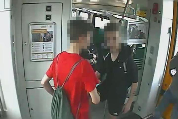Beide Tatverdächtigen im Zug der Linie RE4 (Bild 2).