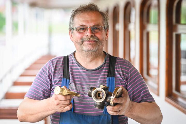 Alles reine Handarbeit! Feinmechanikermeister Gerald Seidel (61) mit dem neuen Dampf-Ventil.