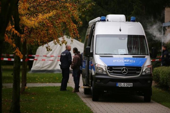 Am Tatort ist ein weißes Zelt errichtet worden, damit die Spuren im Regen nicht verwässern.
