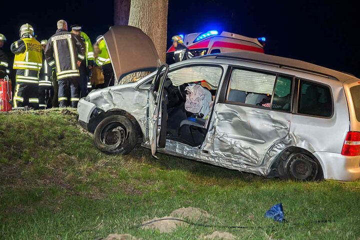 Die Beifahrerin starb, der Fahrer wurde bei dem Unfall schwer verletzt.