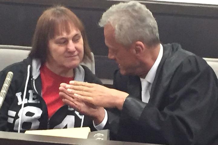 Die Angeklagte Angelika W. lässt sich von Strafverteidiger Peter Wüller verteidigen.