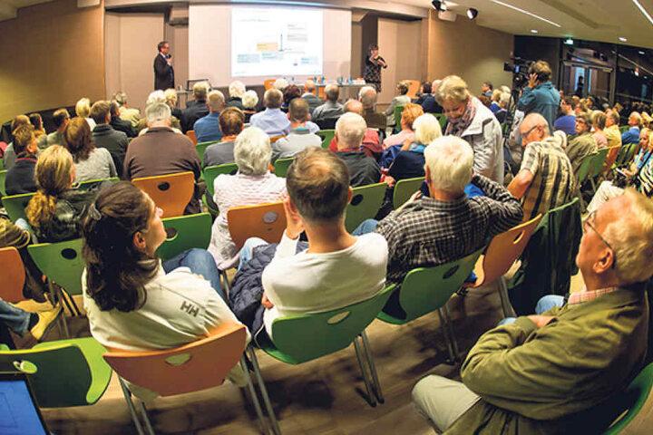 Mit etwa 160 Zuhörern war die Bürgerversammlung im Gymnasium Bühlau gut  besucht.