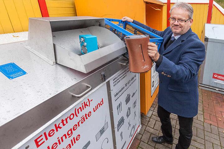 In den Tonnen können kleine Elektrogeräte wie Wasserkocher entsorgt werden.