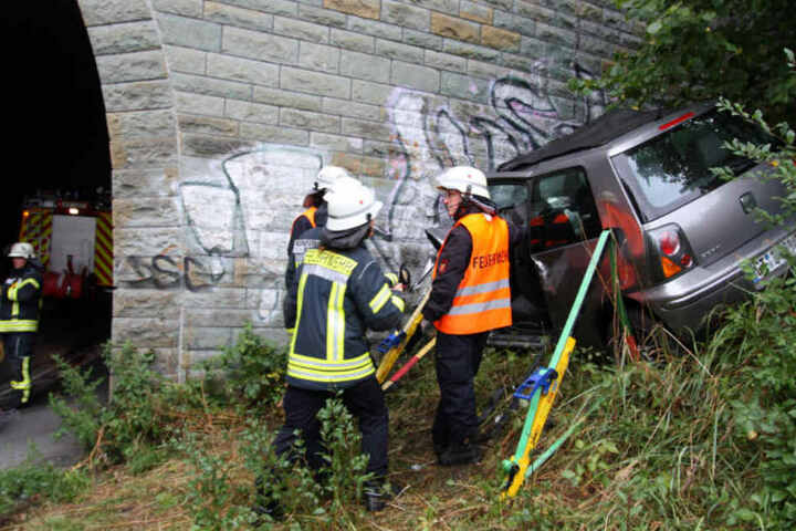 Der Wagen der Frau musste vor dem Abrutschen gesichert werden.