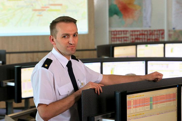 400 Brandmeldeanlagen laufen in der Leitstelle ein. Deren Zahl wird sich verdreifachen, so Leitstellen-Chef Sebastian Arnold (36).