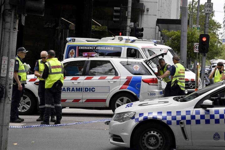 Polizisten stehen am 20.01.2017 in Melbourne, nachdem ein Auto durch eine Fußgängerzone gefahren ist, am Tatort.