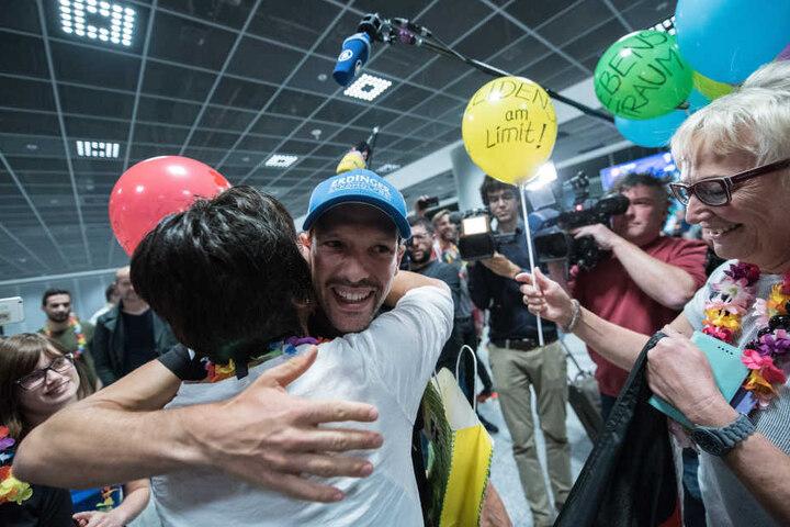 Familie, Freunde und Fans erwarteten den Weltmeister am Flughafen mit Luftballons und Plakaten.