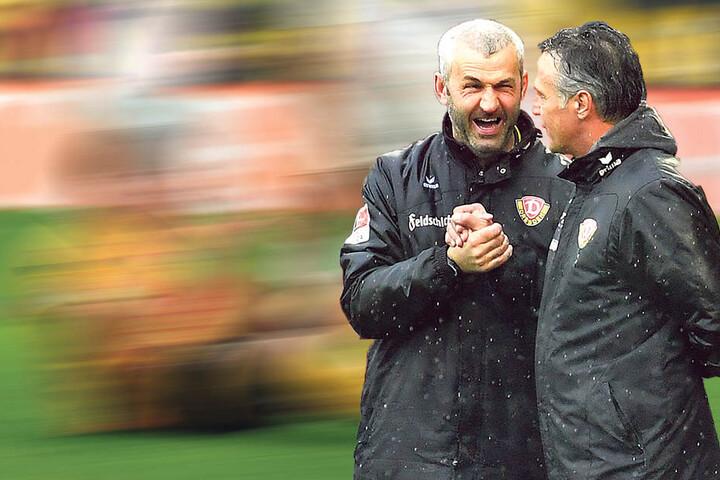 Gut gelaunt im Regen: Dynamo-Coach Uwe Neuhaus (r.) und sein Assistent Peter Németh.