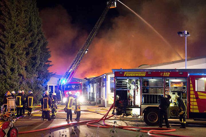 Die Feuerwehr löschte den Brand in der Nacht.