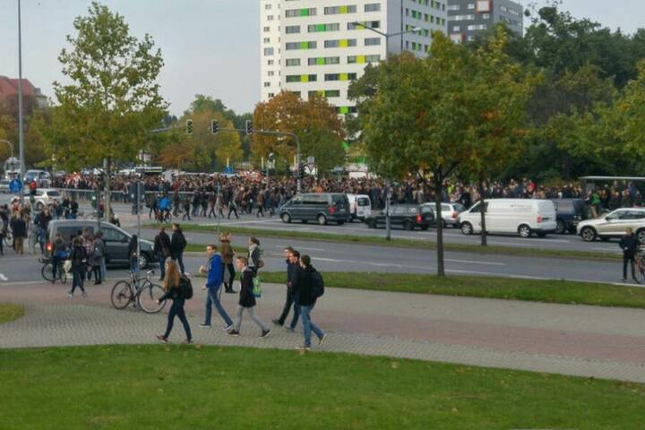 Am Fritz-Förster-Platz sammelt sich die zweite Demo, die dann in Richtung Neumarkt und Postplatz ziehen wird.