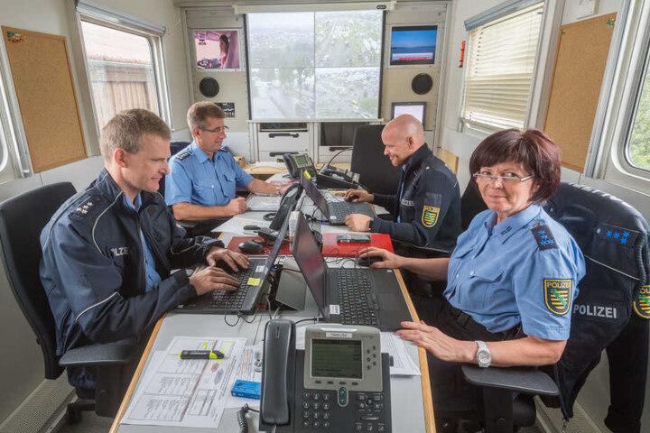 Lagezentrum der Polizei: Oliver Wurdak (41, v.l.), Dietmar Schmidt-Mätzchen (56), Patrick Franke (35) und Kerstin Nebe (56).