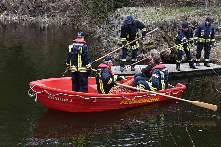 Rettungskräfte bei der Bergung der leblosen Person.