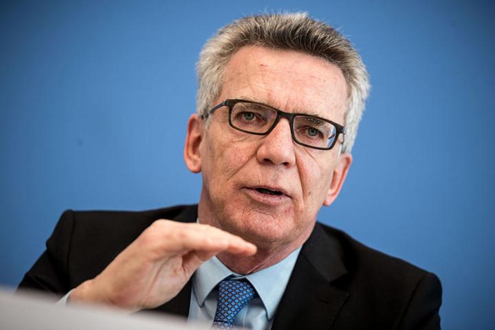 Innenminister Thomas de Maizière (63, CDU) fordert harte Strafen für die Täter.