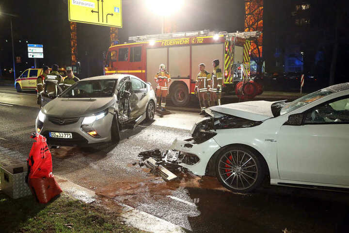 Ein Opel Amera krachte mit einem Mercedes zusammen.