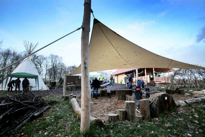 Holzhaus, Tipi, Klettergerüst und ganz viel Natur: Das ist der Waldkindergarten von Bünde.