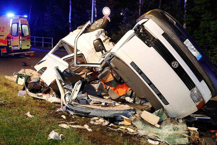 Der VW-Transporter überschlug sich beim Aufprall, wurde völlig zerstört.