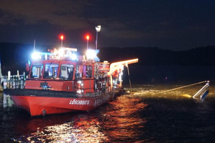 Noch am Donnerstagabend wurde das Segelboot durch das Löschboot der Feuerwehr geborgen.