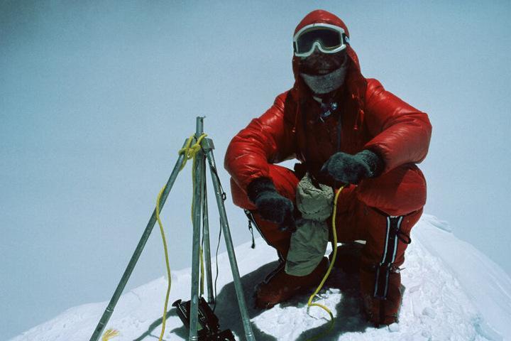 Das Foto zeigt Reinhold Messner auf dem Gipfel des Mount Everest. Vor 40 Jahren bestieg Reinhold Messer den höchsten Berg der Welt mit Peter Habeler ohne Sauerstoff.