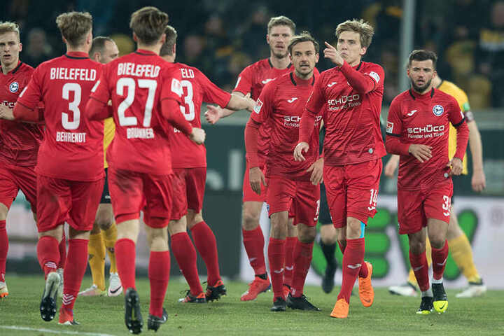 Jubel über den Start der Aufholjagd: Bielefelds Joan Simun Edmundsson (2.v.r) freut sich über seinen Treffer zum 2:3.