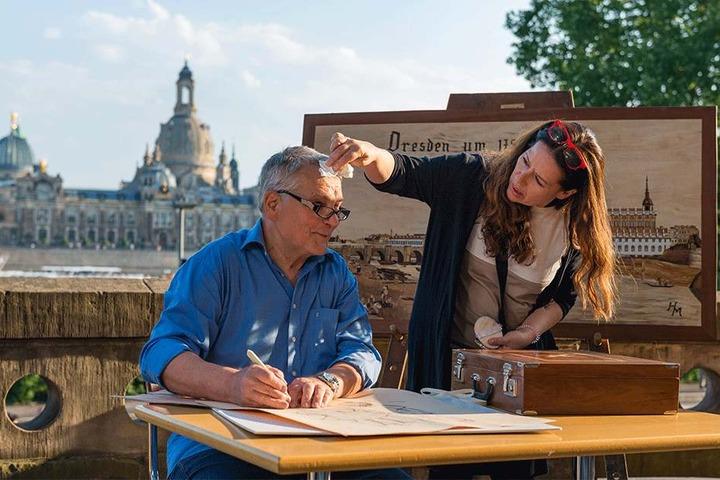 """Maske bitte! Holzkünstler Henry Müller (70) wird kurz vor der Aufnahme mit Canalettoblick schnell noch abgetupft. Sein jüngstes Werk übrigens: Der """"Canaloettoblick"""" als Intarsienbild ..."""