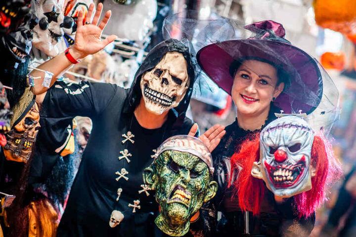 """Sandra Baesler (links) und Janine Bittrich (31) von """"Party Fiesta"""" wissen, welche Kostüme dieses Jahr besonders hip sind."""