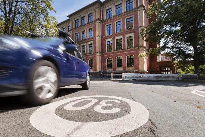 Brennpunkt Obere Luisenschule: In der Paul-Jäkel-Straße gab es an einem Messtag exakt 313 Tempoüberschreitungen - trotz Tempo 30. An keiner anderen Chemnitzer Schulen gab es mehr Verstöße.