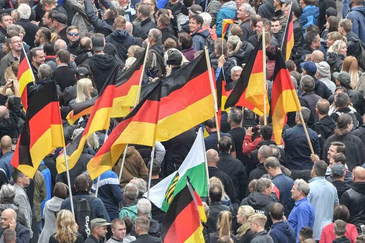 Demo von Pro Chemnitz - mittlerweile vom Verfassungsschutz beobachtet: Der Osten und insbesondere Sachsen hat ein vergleichsweise großes rechtes Wählerpotenzial, sagen Forscher.