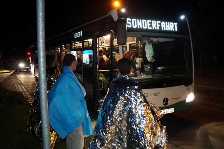 Mit einem Bus wurden die Hotelgäste in eine Notunterkunft gebracht.