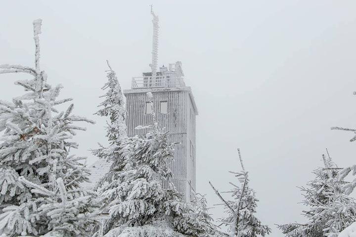 Auf dem Fichtelberg werden starke Sturmböen und dadurch Schneeverwehungen erwartet.