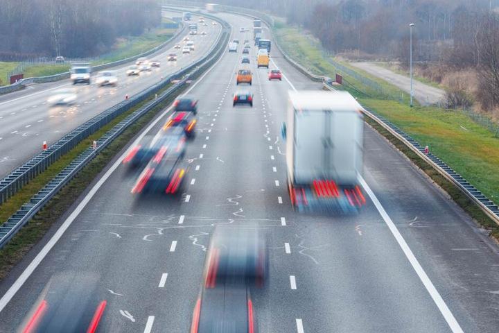 An einer Autobahn-Raststätte gelang dem Mann die Flucht. (Symbolbild)