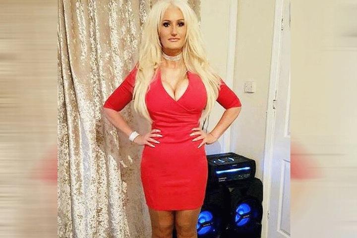 Viele sagen der 49-Jährigen sie würde wie Pamela Anderson aussehen.