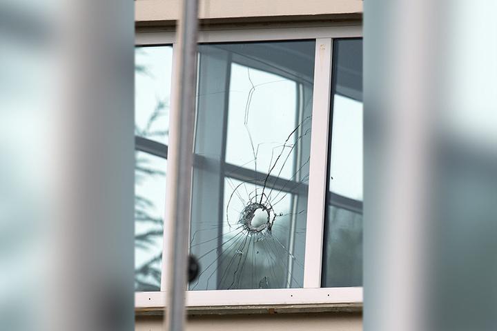 Auch das Fenster der Schützenhalle wurde von Metallteilen durchschlagen.